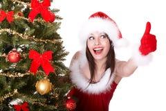 Het meisje en de spar van Kerstmis met omhoog duim. Royalty-vrije Stock Foto