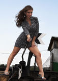 Het meisje en de spoorweg royalty-vrije stock fotografie