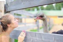 Het meisje en de vogel Stock Afbeelding