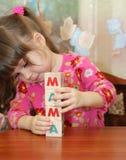 Het meisje en de woordmamma's van kubussen Royalty-vrije Stock Fotografie