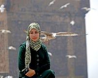 Het meisje en de zeemeeuwen van Essaouira Stock Fotografie