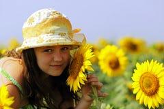 Het meisje en de Zonnebloemen stock afbeeldingen