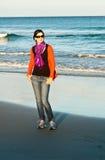 Het meisje en de zonnebril van het strand Stock Fotografie