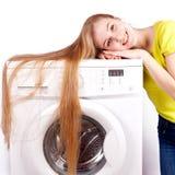 Het meisje en een wasmachine Stock Foto's