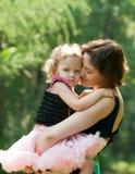 Het meisje en haar moeder ontspannen in het park Royalty-vrije Stock Fotografie