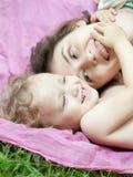 Het meisje en haar moeder ontspannen in het park Stock Foto's