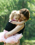 Het meisje en haar moeder ontspannen in het park Royalty-vrije Stock Afbeeldingen
