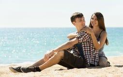 Het meisje en haar vriend omhelzen Royalty-vrije Stock Fotografie