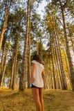 Het meisje en het bos Royalty-vrije Stock Foto's