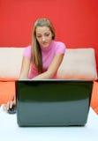 Het meisje en het notitieboekje van de tiener Stock Fotografie