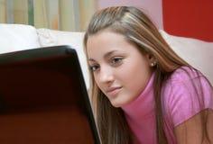 Het meisje en het notitieboekje van de tiener Stock Foto