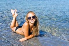 Het meisje en het overzees. Stock Foto's