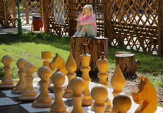 Het meisje en het schaak Royalty-vrije Stock Afbeeldingen
