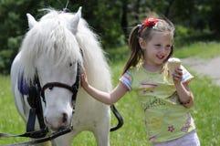 Het meisje en horsy stock foto