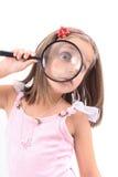 Het meisje en overdrijft haar gezicht Stock Afbeelding