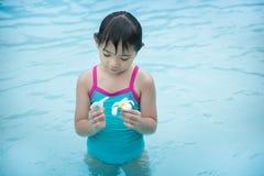 Het meisje en twee witte bloemen in de pool royalty-vrije stock foto