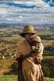 Het meisje en zijn zoon bij het landschap stock afbeelding
