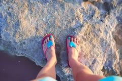 Het meisje fotografeerde hun voeten op de kust van de Zoutmeren van Meerlas Torrevieja, Spanje Royalty-vrije Stock Foto