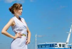 Het meisje gaat aan in cruise. royalty-vrije stock afbeelding