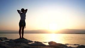 Het meisje gaat naar strand van Dode Overzees stock video
