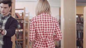 Het meisje gaat op bibliotheek stock videobeelden