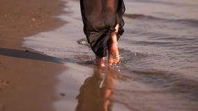 Het meisje gaat op een kustwaterenlijn stock footage