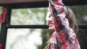 Het meisje gaat op een reis van Keulen stock video