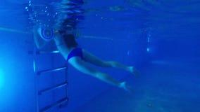 Het meisje gaat van de pool weg stock video
