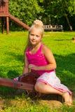 Het meisje gaat voor een aandrijving op een schommeling Stock Foto's