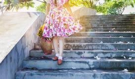 Het meisje gaat voor een gang in de lente of de zomer Royalty-vrije Stock Foto's