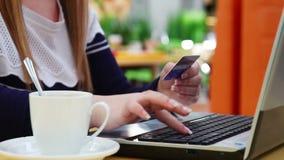 Het meisje gebruikt een creditcard voor online het winkelen stock videobeelden