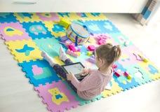 Het meisje gebruikt een digitale tablet Royalty-vrije Stock Afbeeldingen