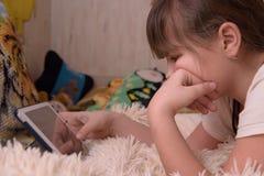 Het meisje gebruikt tabletcomputer Stock Fotografie