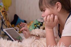 Het meisje gebruikt tabletcomputer Royalty-vrije Stock Afbeelding