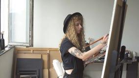 Het meisje gebruikt verven van palet stock videobeelden