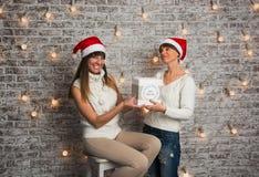 Het meisje geeft aan het meisje een gift Royalty-vrije Stock Afbeeldingen