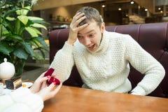 Het meisje geeft de man een ring feminism stock fotografie