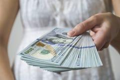 Het meisje geeft geld royalty-vrije stock foto