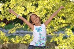 Het meisje geniet in openlucht van Stock Foto