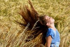 Het meisje geniet van aard Royalty-vrije Stock Fotografie