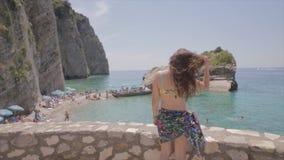 Het meisje geniet van in de mening van terras op strand stock video