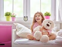 Het meisje geniet van de ochtendzon Stock Fotografie