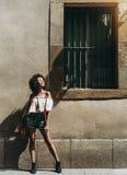 Het meisje geniet van de zon op een straat royalty-vrije stock fotografie