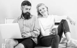 Het meisje geniet van drank terwijl de echtgenoot freelancer met laptop werkt Freelance voordelen De mensenwerken als Internet-te royalty-vrije stock afbeelding