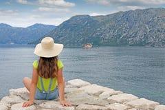 Het meisje geniet van een baai van Kotor van de de zomervakantie op zee stock foto's