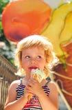 Het meisje geniet van een roomijs Stock Foto's