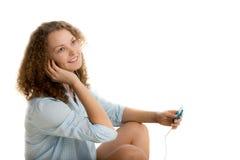 Het meisje geniet van luister aan muziek royalty-vrije stock foto