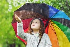 Het meisje geniet van om regen op te springen royalty-vrije stock foto