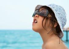 Het meisje geniet van vakantie op de overzeese kust Stock Afbeelding