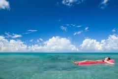 Het meisje geniet van zonnige dag bij Caraïbisch strand. Royalty-vrije Stock Afbeeldingen